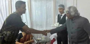 kalam handshake with army soldier